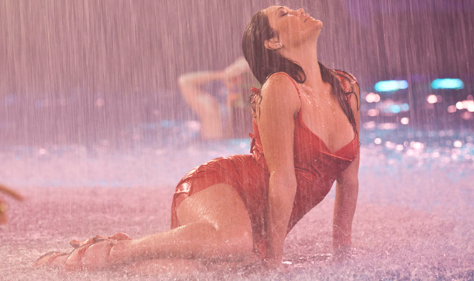 Le_Reve_Red_Lady_in_Rain