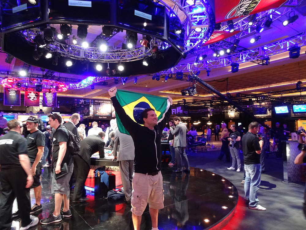 Bruno Politano flying his Brazilian flag after making November Nine WSOP 2014
