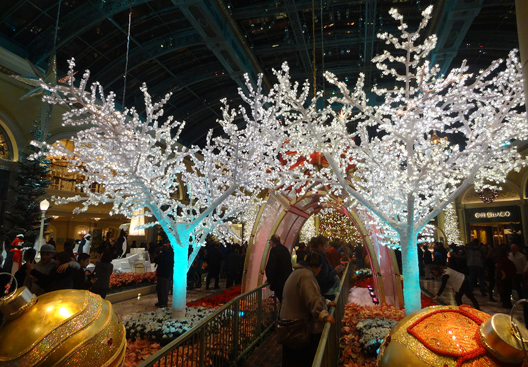 White-Christmas-Tree-Walkway,-Bellagio-Conservatory-Christmas-Celebration,-Las-Vegas-2014