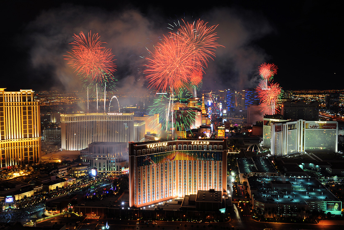 Fireworks-Light-Up-The-Las-Vegas-Strip,-New-Year-Celebrations-2015