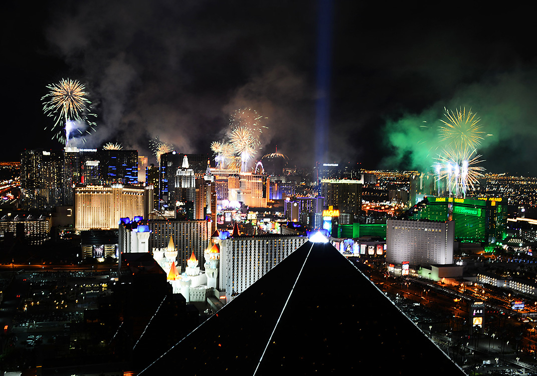 Fireworks-explode-in-2015-New-Year-Celebrations,-Las-Vegas-Strip