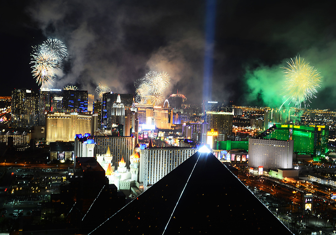 Fireworks-explode-over-Las-Vegas-Strip,-New-Year-Celebrationi-2015