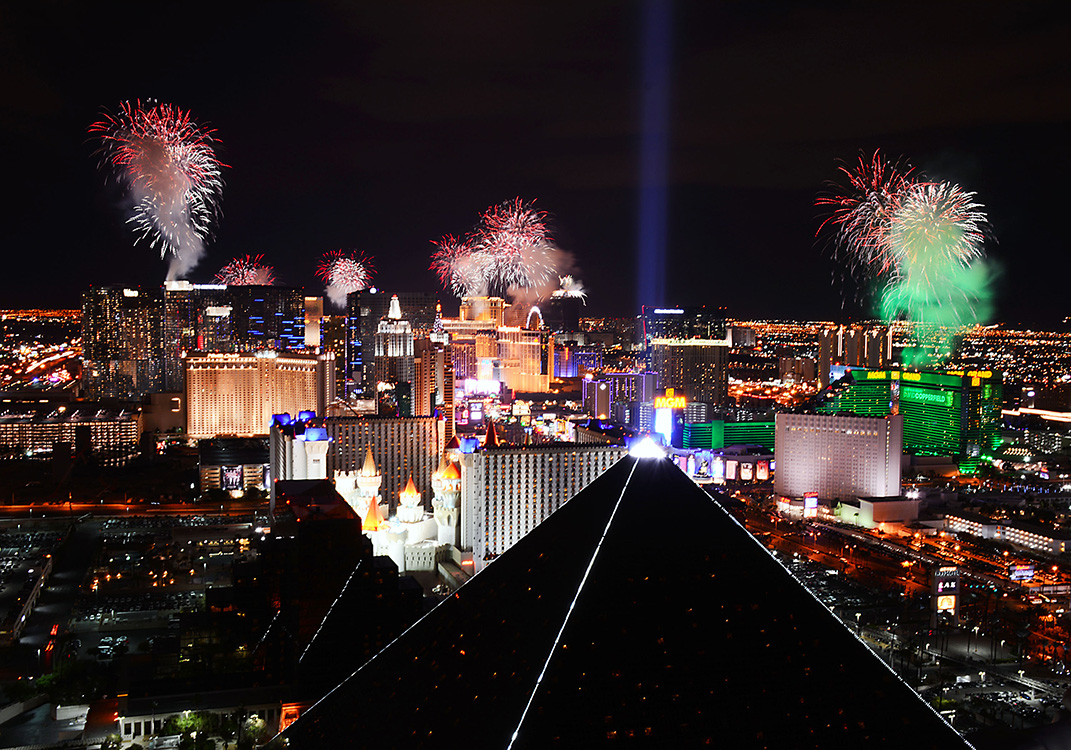 Fireworks-over-Las-Vegas-Strip,-2015