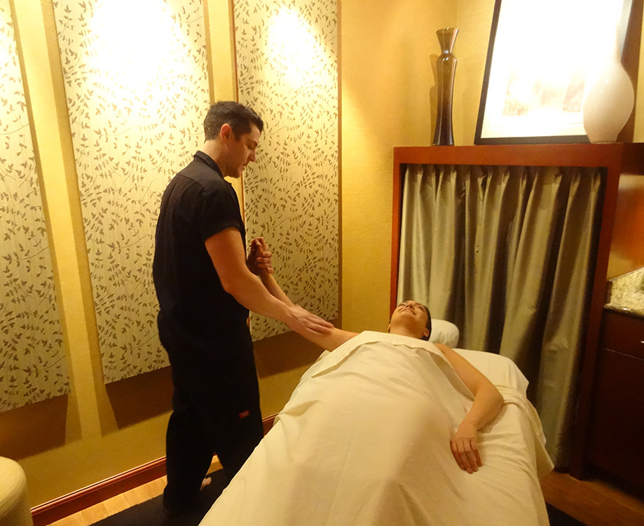 Gregory-Williams,-Physical-Therapist,-Working-With-A-Client,-LifeSpa-in-Summerlin