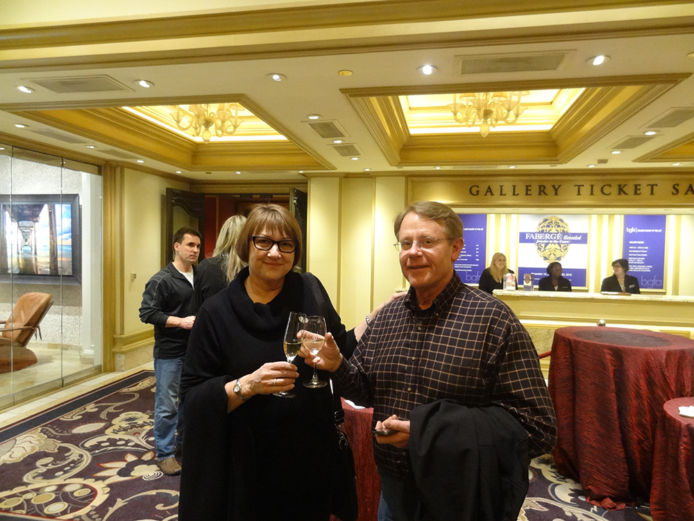 Vegas-Visitors-Enjoying-Art-&-Wine-Pairing,-Bellagio-Hotel