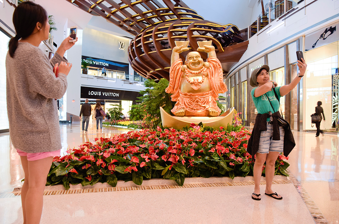 Visitors-with-Buddha-at-The-Shops-at-Crystals