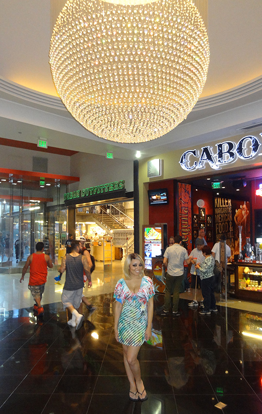 Inside-Miracle-Mile-Shops,-Richelle-Richie,-Las-Vegas