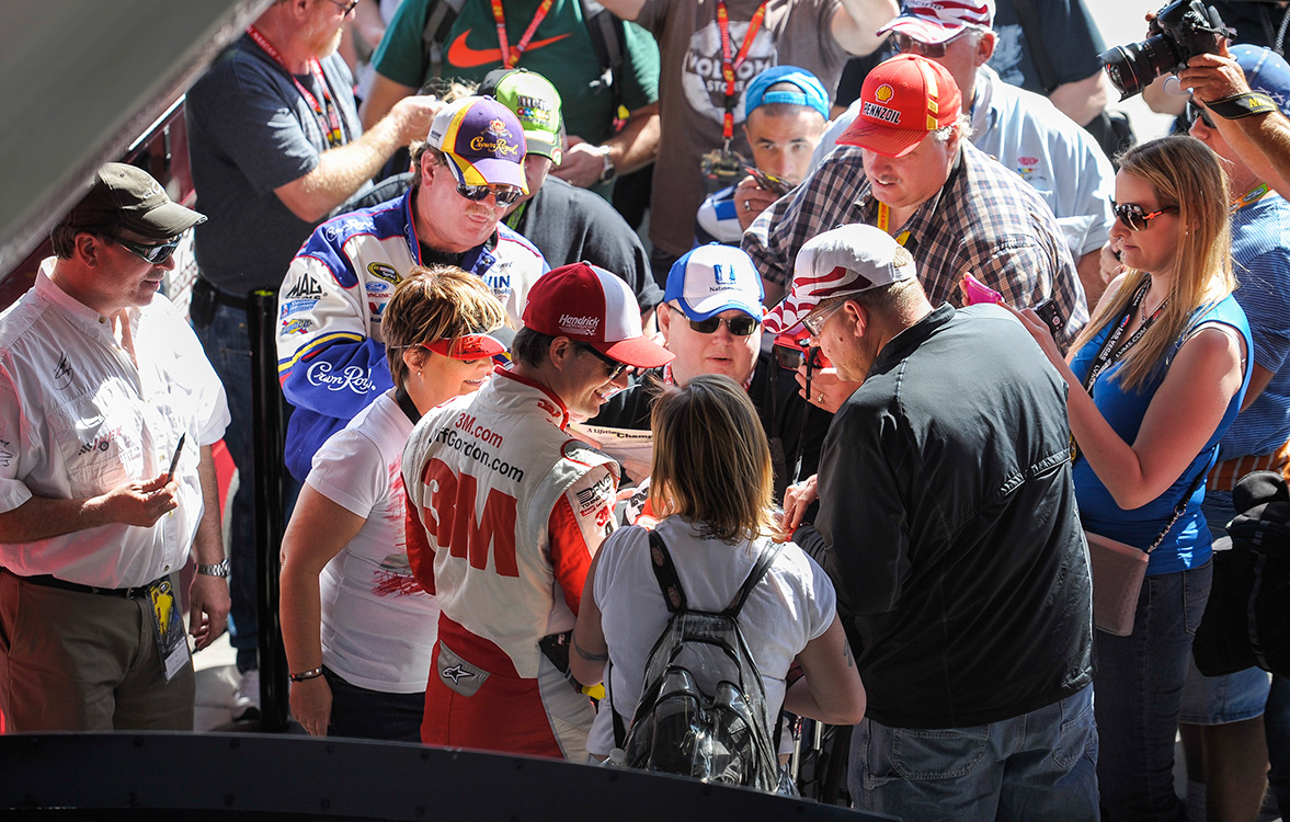 Jeff-Gordon-signs-autographs,-NASCAR-Las-Vegas