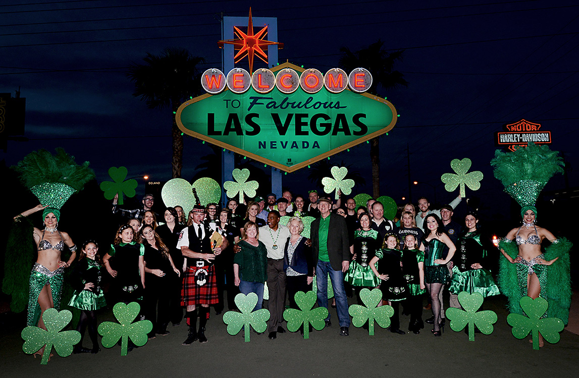 Welcome-to-Las-Vegas-Sign,-St-Patricks-Day,-2015