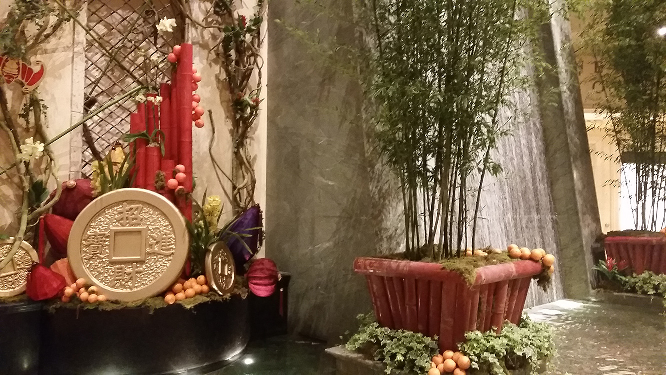 Seasonal-Display-between-Venetian-&-Palazzo,-Las-Vegas