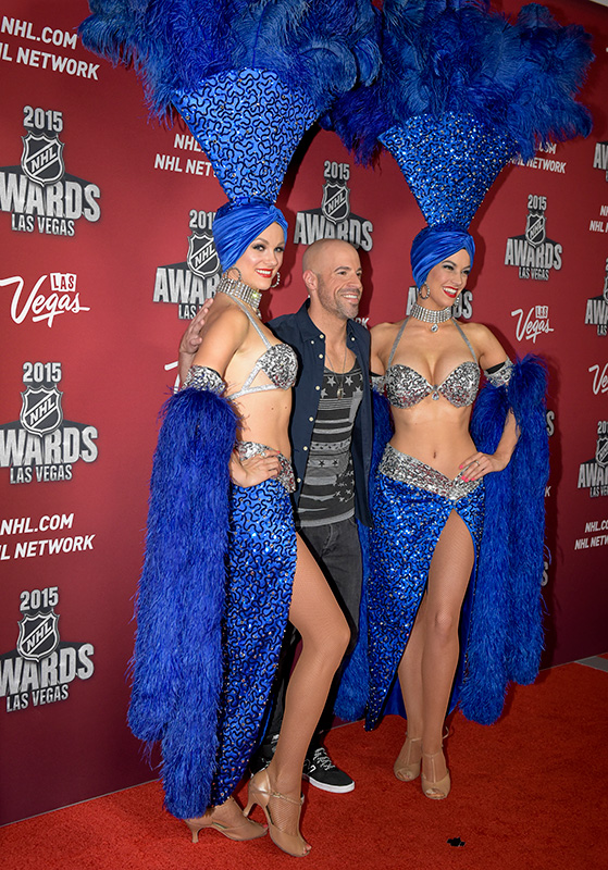 Singer-Chris-Daughtry-with-showgirls-on-the-red-carpet,-2015-NHL-Awards,-MGM-Las-Vegas
